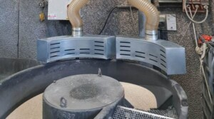 Side hoods for dust extraction from vibrating screens